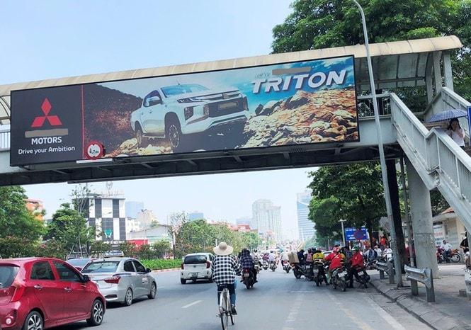 lắp đặt quảng cáo trên cầu vượt đi bộ